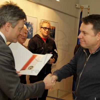 g. Župan Ciril Globočnik izroča 1. nagrado g. Tomažu Sedeju
