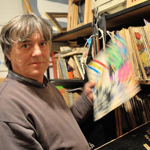Ljubo pozira za svojo foto predstavitev ob podelitvi plakete Antona Tomaža Linharta občine Radovljica,  ki mu je bila podeljena leta 2011. Foto Tomaž Sedej